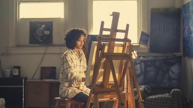 Få nemt dine malerier hængt op på væggen med svæverammer